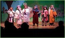 Mateřská školka, děti hrají divadlo