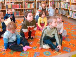Děti v městské knihovně